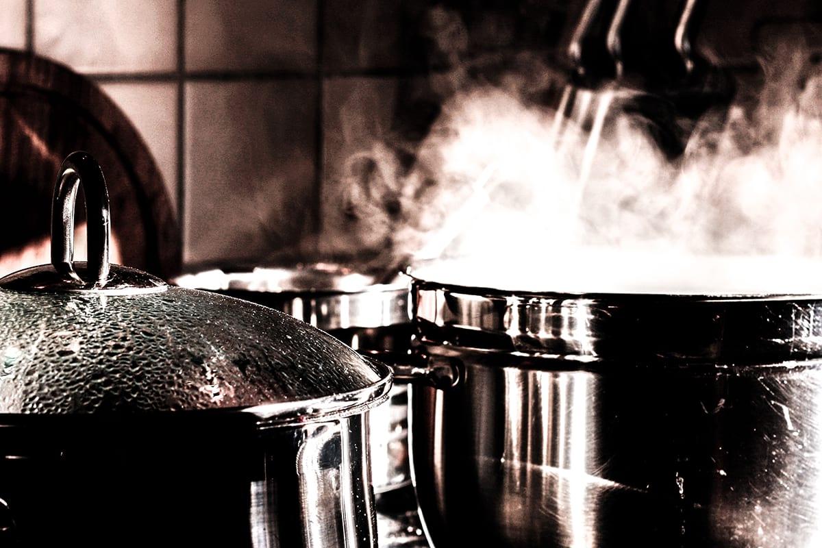 Küche mit Kochtöpfen